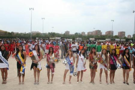 Mujeres y hombres ecuatorianos disfrutan del fútbol en Madrid.