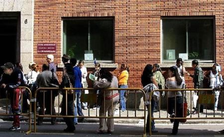 Largas colas de inmgrantes en Madrid para buscar trabajo o cobrar la prestación por desempleo.