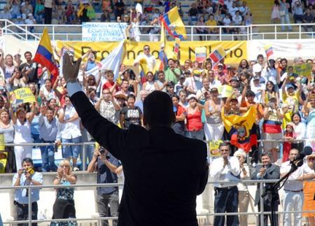 El presidente Correa en uno de los encuentros con los ecuatorianos en Milán, Italia.